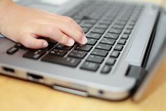 Mani della ragazza giapponese che usando Notebook PC Fotografia Stock Libera da Diritti
