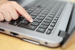 Mani della ragazza giapponese che usando Notebook PC immagini stock libere da diritti