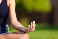 Mani della ragazza nella posa di meditazione di yoga fotografie stock libere da diritti