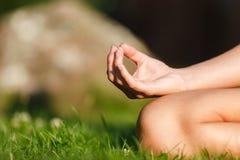 Mani della ragazza nella posa di meditazione di yoga fotografia stock