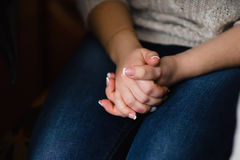 Mani della ragazza piegate con i manicuri francesi bianchi Fotografia Stock Libera da Diritti