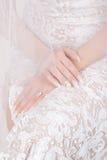 Mani della sposa con il manicure Immagine Stock