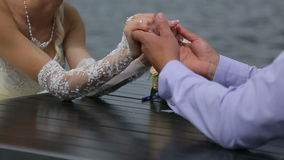 Mani della sposa e dello sposo video d archivio