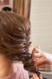 Mani della treccia d'intrecciatura di hairstyist immagini stock