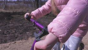 Mani delle bambine sulla direzione della bici archivi video