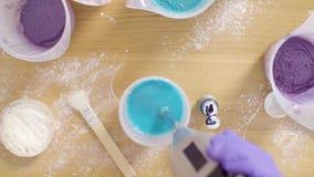 Mani delle componenti mescolantesi del confettiere per la glassa dello specchio archivi video