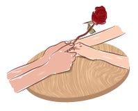 Mani delle coppie che tengono il disegno romantico di nozze di impegno di simbolo di amore del fiore rosa Fotografia Stock Libera da Diritti