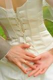 Mani delle coppie del newlywed Immagini Stock