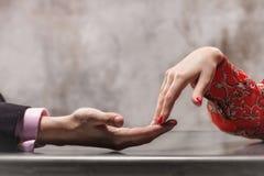 Mani delle coppie di amore Fotografie Stock