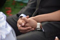 Mani delle coppie nelle nozze Fotografie Stock