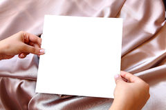 Mani delle donne che tengono Libro Bianco in bianco Fotografie Stock