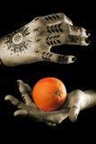 Mani delle donne con l'arancio Immagine Stock Libera da Diritti