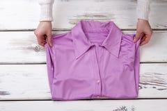 Mani delle donne e bella camicia porpora Immagine Stock Libera da Diritti