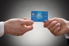 Mani delle persone di affari con la carta di credito Fotografie Stock Libere da Diritti