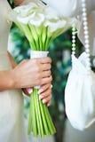 Mani delle spose con il mazzo Fotografia Stock Libera da Diritti