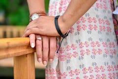 Mani dello sposo e della sposa Fotografie Stock Libere da Diritti