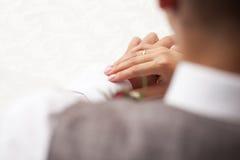 Mani dello sposo e della sposa Fotografie Stock