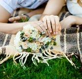 Mani dello sposo e della sposa con le fedi nuziali (fuoco molle) immagini stock