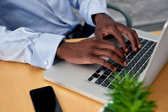 Mani di affari del computer portatile Immagini Stock