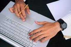 Mani di affari sul lavoro su un computer portatile lucido Fotografia Stock