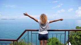 Mani di aumento della donna di felicità e di libertà in mare archivi video