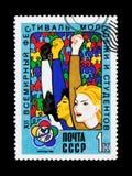 Mani di aumento della gente, dedicate al dodicesimo festival della gioventù e degli studenti a Mosca, circa 1985 Immagini Stock