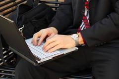 Mani di Businessmans sul computer portatile Fotografia Stock Libera da Diritti