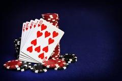 Mani di conquista delle carte successo e stanza di gioco nel telaio per la t Immagine Stock