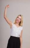 Mani di diffusione della ragazza bionda con gioia, Fotografia Stock