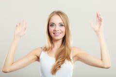 Mani di diffusione della ragazza bionda con gioia Fotografie Stock