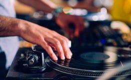 Mani di DJs sulla piattaforma girevole Fotografia Stock