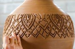 Mani di fabbricazione del vaso di argilla sulla ruota delle terraglie, fuoco scelto, primo piano fotografia stock