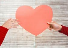 Mani di forma del cuore della tenuta delle coppie Fotografie Stock Libere da Diritti