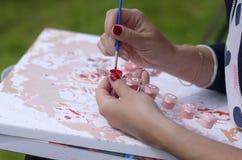 Mani di giovane primo piano del pittore Immagini Stock Libere da Diritti