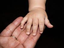 Mani di grande nonna e del suo grande nipote del bambino fotografie stock