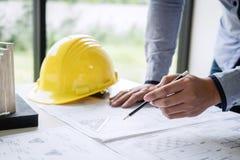 Mani di ingegneria o dell'architetto di costruzione che lavorano al modello fotografia stock