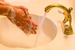 Mani di lavaggio Immagine Stock
