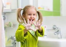Mani di lavaggio del bambino Immagine Stock
