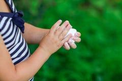 Mani di lavaggio del bambino con sapone bianco Fotografia Stock Libera da Diritti