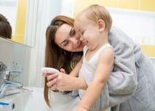 Mani di lavaggio del bambino e della madre con sapone insieme Fotografia Stock Libera da Diritti