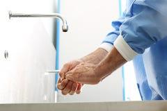 Mani di lavaggio del chirurgo Immagine Stock Libera da Diritti