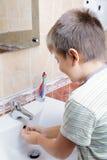 Mani di lavaggio del ragazzo Fotografia Stock
