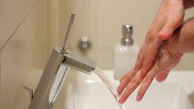 Mani di lavaggio dell'uomo stock footage