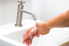 Mani di lavaggio dell'uomo Fotografie Stock