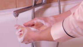 Mani di lavaggio della donna al bagno stock footage