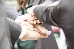 Mani di lavoro di squadra, mani sulle mani Fotografia Stock Libera da Diritti