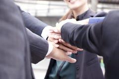 Mani di lavoro di squadra, mani sulle mani Immagini Stock Libere da Diritti
