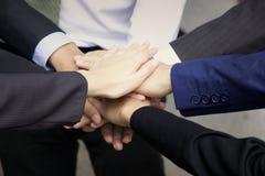 Mani di lavoro di squadra, mani sulle mani Fotografia Stock