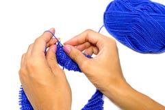 Mani di lavoro a maglia Immagine Stock