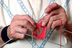 Mani di lavoro a maglia Fotografia Stock Libera da Diritti
